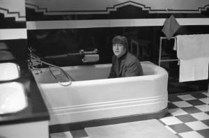 Personaggi famosi fotografati in vasca da bagno - John Lennon